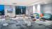 Blick in die Lounge mit Wand-Flachbild-Fernseher