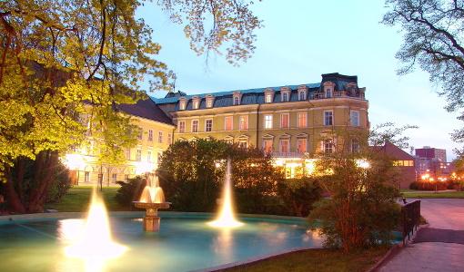 Abendliches Haus Beethoven und davor leuchtende Wasserfontänen