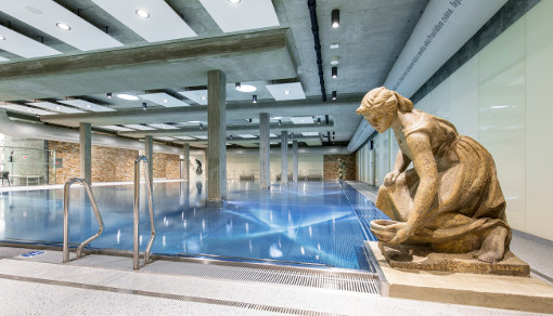 Skulptur an einer Ecke des Schwimmbades