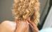 Frau nimmt Nacken-Schulter-Massage in Anspruch