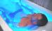 Mann im Wannenbad mit Blaulicht
