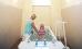 Frau in der Wanne und Therapeutin nimmt manuelle Unterwassermassage vor