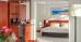 Zimmerdetail mit Tee-/Kaffee-Kocher-Set und Blick zum Schlafbereich